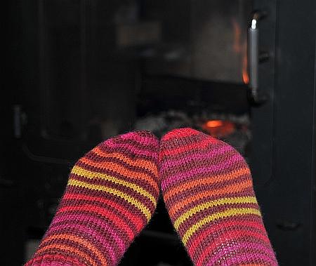 rote Socken vor Kamin