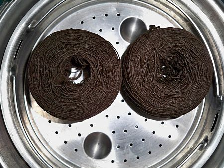 Setting the twist of a single yarn in a pressure cooker